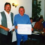 Als die Hoffnung schon fast verloren war, erreichte uns eine großzügige Privatspende der Mitglieder des TSG Herford. Hermann Pohlmann überreicht Wolfram Wiener einen Check über 2250 €.