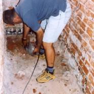 Andreas trägt den zerstörten Boden im Sanitärbereich ab.
