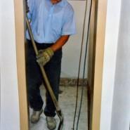 Im neuen Sanitärbereich packt Erhard kräftig mit an.