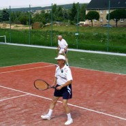 Ehemalige Mitglieder im Doppel. Im Hintergrund der Vorsitzender des Tennis-Bezirksverbandes Chemnitz Heinz Morbach.