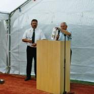Hermann Pohlmann von der TSG Herford überbrachte die besten Wünsche und ein Glas der Herforder Brauerei.